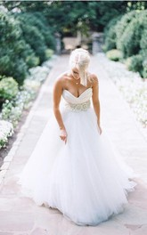 Elegant Sweetheart Sleeveless Tulle Wedding Dress With Appliques