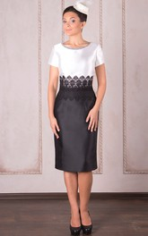 Knee-Length Pencil Appliqued Short Sleeve Scoop Neck Satin Mother Of The Bride Dress