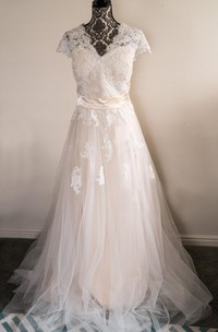 V-Neck Appliqued Tulle Skirt Lace Bodice Dress With Short Sleeves