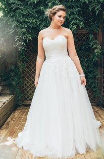 A-Line Floor-Length Sweetheart Sleeveless Tulle Court Train Appliques Dress