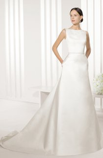 Long Noble Satin Dress With V Back And Lace Appliques